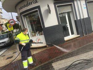 Trabajador municipal realizando el proceso de desinfección de la vía pública en Av. Gran Vía.