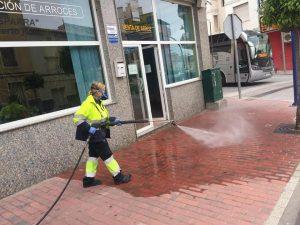 Trabajadora municipal realizando el proceso de desinfección de la vía pública en calle Teniente Flomesta.