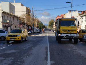Un todo terreno y un camión de la Brigada Forestal desinfectando la vía pública.