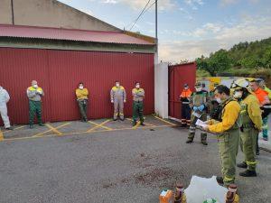 Reunión de la Brigada Forestal y Protección Civil manteniendo la distancia de seguridad.