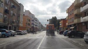 Camión de la Demarcación de Carreteras desinfectando las calles principales de Calasparra.