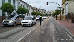 Reparto de mascarillas a primera hora de la mañana en un control de la Policía Loca.