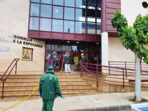 Brigadas Forestalse desinfectando en la entrada de la residencia.
