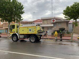 Brigadas forestares desinfectan una de las avenidas principales del municipio, frente al edificio de Cruz Roja.