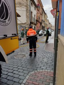 Agentes de Protección Civil desinfectan con un camión de la Brigada de Incendios Forestales.