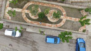 Vista aérea de una plaza en Calasparra, por la que camina una persona saltándose las normas de confinamiento.