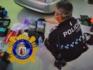 Policía Local junto al alijo de drogas.