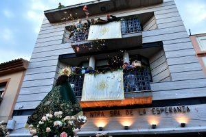 Desde los balcones del edificio le lanzan pétalos de rosas.