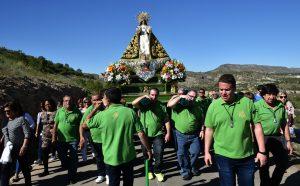 Anderos, uniformados con polos de color verde, portan la imagen de la virgen.