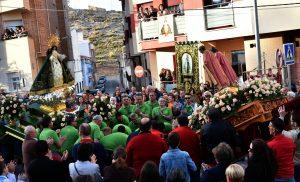 A la entrada del pueblo, rodeados por multitud de personas , las imágenes dela virgen y de los santos inclinados ante ella.