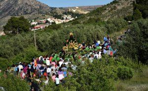 La virgen y los vecinos de Calasparra en Romería, entre los verdes campos.