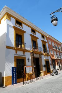 Edificio antiguo y restaurado en el centro de Calasparra que aloja la oficina de turismo.