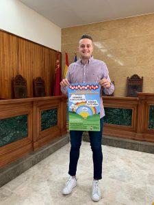 El concejal de juventud mostrando el cartel de CALASCONCILIA 2020