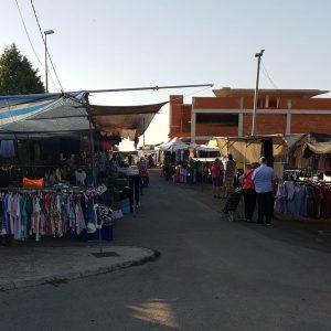 La calle de las Eras alberga los puestos de ropa y calzado del mercado semanal.