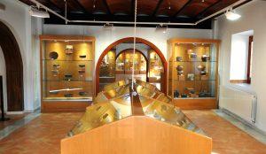 Imagen del las vitrinas con útiles antiguos del museo.