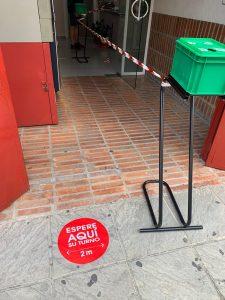 Señales en el suelo indican las distancia de seguridad, de 1,5 metros.