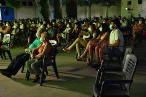 El Auditorio Cine Rosales lleno de espectadores viendo un monólogo, todos usando mascarilla.
