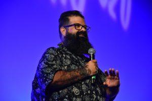 El humorista Kalderas en el escenario del Auditorio Cien Rosales en Calasparra