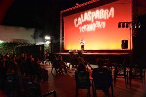 El Auditorio Cine Rosales lleno de espectadores viendo un monólogo de humor.