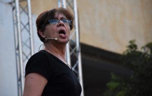 Carmen sobre el escenario recitando el cuento Era sé una vez un lobito bueno.