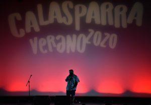 Inicio del espectáculo Ciclo de Monólogos de Humor «Descojonamiento con Humor», escenario iluminado con luces rojas y el monologísta en el centro.