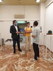 Teresa García y Antonio Merino se interesan por la obra del artista.