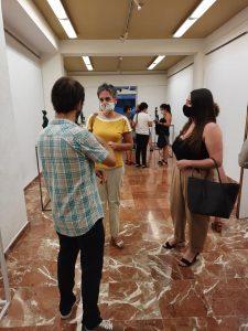 Teresa García y Cristina Ruiz se interesan por la obra del artísta.