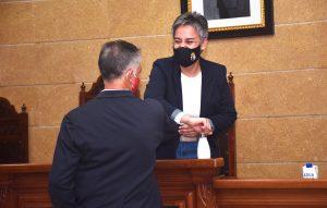 La alcaldesa saluda al nuevo concejal tras jurar el cargo.