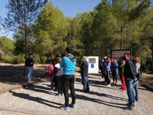 Grupo de visitantes en la explicación sobre los Abrigos del Pozo en Calasparra.