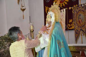 La alcaldesa de retira el corazón con siete puñales del pecho de La Virgen de los Dolores.